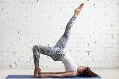 Женщина фитнеса делая одно шагающее представление моста Стоковые Изображения