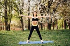 Женщина фитнеса делая работать в парке outdoors стоковое изображение rf
