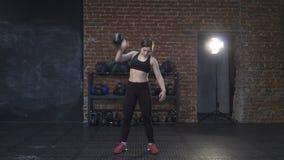 Женщина фитнеса делая рывок kettlebell акции видеоматериалы