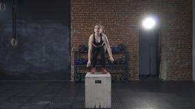 Женщина фитнеса делая скачки коробки акции видеоматериалы