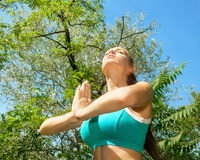 Женщина фитнеса делая тренировки релаксации стоковая фотография