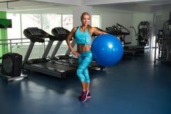 Женщина фитнеса делая тренировку на шарике Стоковые Фотографии RF