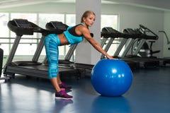 Женщина фитнеса делая тренировку на шарике Стоковые Изображения RF