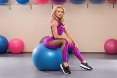 Женщина фитнеса делая тренировку с шариком пригонки, атлетической девушкой в sportswear на шарике pilates Стоковое Фото