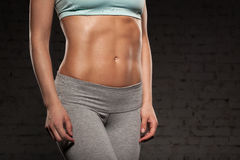 Женщина фитнеса женская с мышечным телом, делает ее разминку, abs, abdominals Стоковое фото RF