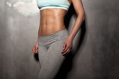 Женщина фитнеса женская с мышечным телом, делает ее разминку, abs, abdominals стоковые фотографии rf