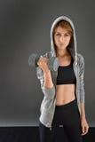 Женщина фитнеса изолированная с гантелями Стоковые Изображения RF