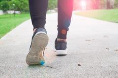 Женщина фитнеса идя публично парк, крупный план на ботинке Стоковые Изображения