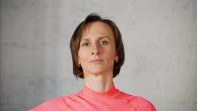 Женщина фитнеса показывая гимнастику для шеи и плеча для боли промежутка времени релаксации сток-видео