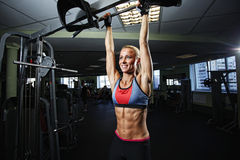 Женщина фитнеса представляя в спортзале Стоковое фото RF