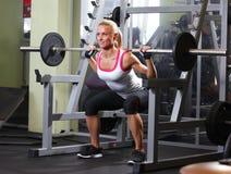 Женщина фитнеса представляя в спортзале Стоковое Изображение RF