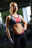 Женщина фитнеса представляя в спортзале Стоковые Изображения RF