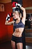 Женщина фитнеса представляя в спортзале Стоковая Фотография