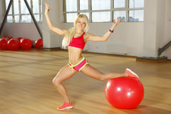 Женщина фитнеса представляя в спортзале Стоковое Изображение