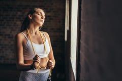 Женщина фитнеса принимая перерыв после разминки на спортзале стоковые изображения rf