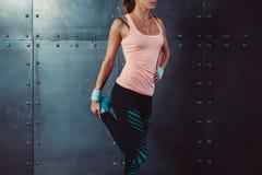 Женщина фитнеса протягивая ее ноги приспосабливать женщину Стоковые Фотографии RF