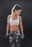 Женщина фитнеса работая с гантелями Стоковое Изображение