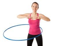 Женщина фитнеса работая с усмехаться обруча hula Стоковые Фото