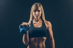 Женщина фитнеса работая удерживание crossfit Стоковое фото RF