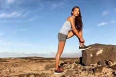 Женщина фитнеса связывая шнурки ботинок бега для гонки стоковая фотография rf