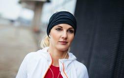 Женщина фитнеса смотря ослабленный outdoors стоковые изображения rf