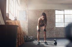 Женщина фитнеса смотря утомленный после интенсивной разминки Стоковое фото RF