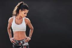 Женщина фитнеса стоя с ее руками на бедрах Стоковое Изображение