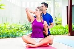 Женщина фитнеса с личный работать тренера стоковое фото rf