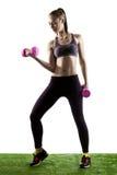 Женщина фитнеса с розовым Dumbells Стоковые Изображения