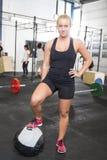Женщина фитнеса с шариком медицины на спортзале Стоковые Фотографии RF