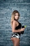 Женщина фитнеса усмехаясь с счастливой свежей энергией пока потеть и питьевая вода от бутылки Стоковые Изображения