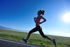 Женщина фитнеса sporty бежать на проселочной дороге Стоковое Фото