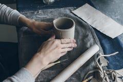Женщина формируя чашку Стоковое фото RF