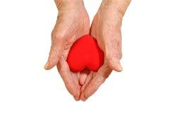 женщина формы удерживания сердца рук пожилых людей Стоковые Фотографии RF