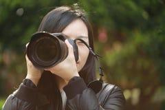 Женщина фотографа перемещения природы держа парк камеры весной Стоковая Фотография RF
