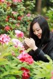 Женщина фотографа перемещения природы с солнечностью весной, смотрящ экран carmer Стоковые Фотографии RF