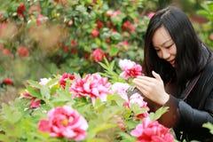 Женщина фотографа перемещения природы с солнечностью весной, смотрящ экран carmer Стоковое Изображение RF