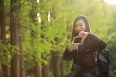 Женщина фотографа перемещения природы с солнечностью весной Стоковые Изображения RF