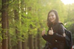 Женщина фотографа перемещения природы с солнечностью весной Стоковое Фото