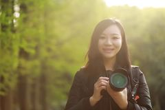 Женщина фотографа перемещения природы с солнечностью весной Стоковые Фотографии RF