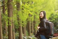 Женщина фотографа перемещения природы с солнечностью на весне Стоковое Фото
