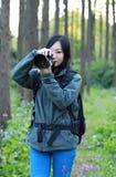 Женщина фотографа перемещения природы Стоковое Изображение RF