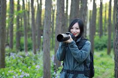 Женщина фотографа перемещения природы Стоковое Фото