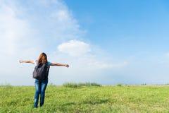 Женщина фотографа путешественника пешая имеет счастливое и ослабляет на vacati Стоковое Фото