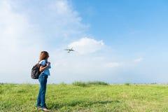 Женщина фотографа путешественника пешая имеет счастливое и ослабляет на vacati Стоковая Фотография RF