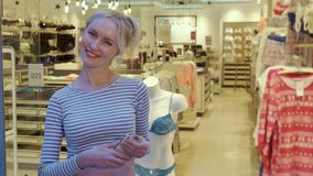 Женщина фотографирует нижнее белье на манекене стоковые фото