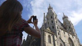Женщина фотографирует Stephansdom в вене сток-видео