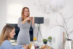 Женщина фотографируя ее завтрак Стоковое Фото