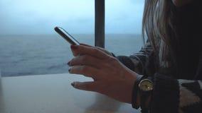 Женщина фотографируя, который замерли море от корабля сток-видео