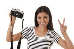 Женщина фотографируя представляя усмехаться счастливый используя холодную ретро и винтажную камеру фото Стоковое Изображение